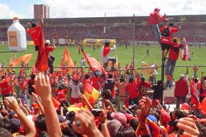Cronica Roja .- Aguante el equipo saludando a la barra en la vuelta Olímpica
