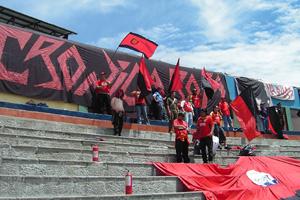 Cronica Roja .- Algunos De La Banda Alentando En Riobamba