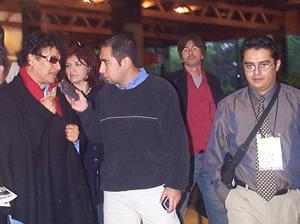 Juan Gabriel en Cuenca .- Cuencanos.com recibió a Juan Gabriel que usaba unos lentes oscuros y un poncho negro.