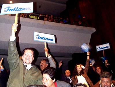 Reina de Cuenca 2002 .- Amigos y familiares de Tatiana Palacios no dejaron de alentarla durante el certamen, haciéndole sentir su apoyo