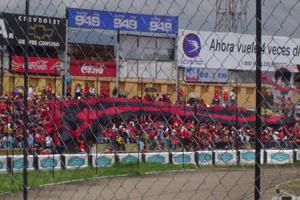 Cronica Roja .- La Bandera Gigante De 95 X 15 Extendiéndose