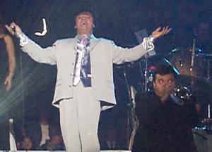 Juan Gabriel en Cuenca .- Juan Gabriel interpreto la mayoría de sus éxitos entre ellos Amor Eterno, Luisa María fueron las que mas emocionaron al publico, lo sorprendente de esta concierto es que Juan Gabriel canto alrededor de 2 horas y media sin parar, todo el publico presencio su gran talento y su gran voz.