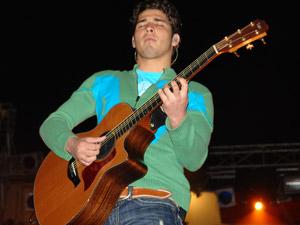 Reik en Cuenca .- JULIO RAMIREZ: Julio (guitarra acústica), nació el 21 de Diciembre en la ciudad de Mexicali, B.C. Toca la guitarra desde los 12 años, teniendo como influencia musical a Further Seems Forever. Le gusta practicar deportes como lo son el básquetbol y el fútbol americano. Además de que le encanta salir a divertirse, conocer gente nueva y por supuesto tocar la guitarra.