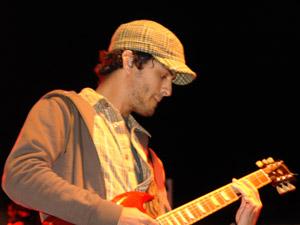 Reik en Cuenca .- GILBERTO 'BIBI' MARIN: 'Bibi' (guitarra eléctrica) como lo conocen todos, nació el 26 de Enero en la ciudad de Mexicali, B.C. A los 11 años descubrió una guitarra en el closet de su casa, y desde entonces no la ha dejado en paz. Siempre se entusiasmo con la música y la los 17 años formó una banda de garaje. A los 19, su primo Micky Sandoval lo invita a formar parte de un grupo de covers antero y desde esa invitación, no ha parado de tocar en escenarios de todo tipo. Fue el último en formar parte de Reik, sus influencias musicales son Incubus, Radiohead, Ceratti, entre otros. Le gusta leer, meditar, enfiestarse y salir con sus amigos.