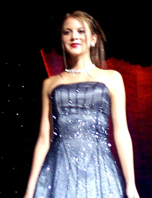 Reina de Cuenca 2002 .- Las candidatas ratificaron que Cuenca es ciudad de bellas mujeres y muestra de ello es Tatiana Palacios que lucía hermosa en traje de gala