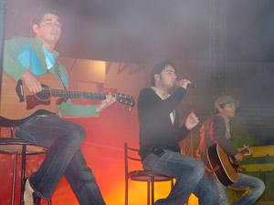 Reik en Cuenca .- Reik es un nuevo grupo de tres chavos de no más de 20 años que radican en Mexicali, BCN y que preparan un disco con mezclas pop-balada que seguramente será del gusto de los jóvenes en Latinoamérica.