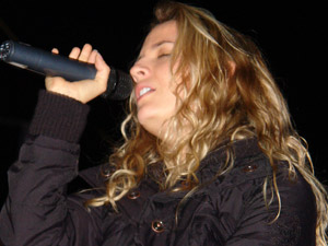 Gabriela Villalba en Cuenca .- Gabi, como la llaman sus amigos, es una joven ecuatoriana que se dio a conocer gracias al programa 'Pop star' de Ecuador. Ha participado en varias novelas de la cadena CNR y acaba de lanzar su primer álbum como solista.  Su participación en Kudai es una nueva etapa que la toma de la mejor manera, confiesa.