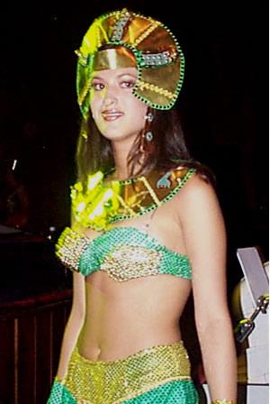 Reina de Cuenca 2002 .- Serena y atractiva luce Andrea Loyola en traje típico