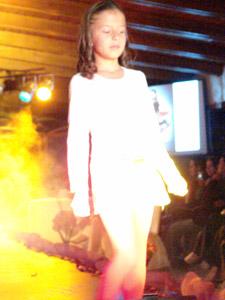 Desfile Caffarena .- Hay una gran variedad de diseños, atractivos colores y fibras de fantasía. Para esta temporada la moda es un perfecto complemento del vestir. Esta categoría está diseñada para niñas desde los tres años hasta los diez
