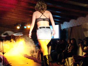 Desfile Caffarena .- Las prendas de Caffarena están hechas con fibras naturales (100% algodón), por ser antialérgicas, suaves y absorbentes. Los productos que Caffarena tiene son: slip, calzones, camisetas, slip largos, bóxer y pack de calzones y slip.