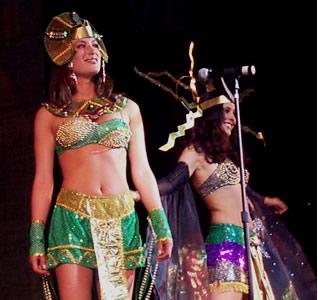 Reina de Cuenca 2002 .- Andrea Loyola junto a María Victoria Arbeláez en su presentación en traje típico