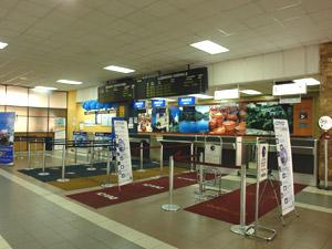 Aeropuerto Mariscal Lamar .- Cuenca cuenta con el tercer aeropuerto más importante y amplio del país después de los aeropuertos de Quito y Guayaquil. Dirección: Av. España y Elia Liut. Los vuelos locales toman 35 minutos desde Quito y 20 minutos desde Guayaquil para llegar a la ciudad de Cuenca. Existen 3 compañías nacionales que realizan este recorridos casi todos los días de la semana.