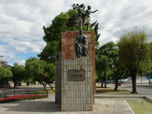 Monumento a Remigio Crespo Toral .-