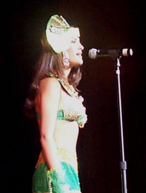 Reina de Cuenca 2002 .- Presentandose ante el público y el jurado Andrea Loyola demostraba, que hermosa luce en traje típico