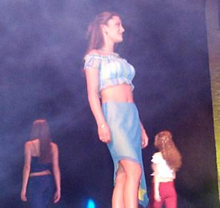 Reina de Cuenca 2002 .- La soltura de las candidatas en traje informal les dio más seguridad y soltura, muestra de ello vemos a Andrea Loyola luciendo un hermoso conjunto