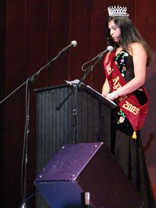 Elección de la Reina del Azuay 2006 .- Era la hora de las despedidas y Verónica Iñiguez reina saliente dirigió unas palabras acerca de su experiencia en esta noble, pero sacrificada labor en el Patronato de Asistencia Social, además con un mensaje de colaboración permanente a la Nueva Reina del Azuay