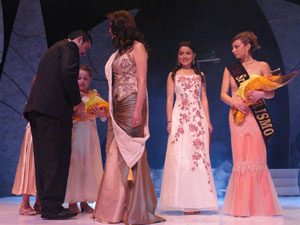 Elección de la Reina del Azuay 2006 .- El prefecto de la Provincia Paúl Carrasco fue el encargado de imponer la cinta a Adriana Rivera, electa Señorita Patronato 2006