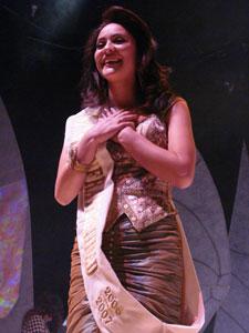 Elección de la Reina del Azuay 2006 .- Fernanda Rodas, no lo puede creer, pero si, Roberto Angelelli pronunció su nombre y ella es la ganadora. Ella es la nueva Reina del Azuay 2006