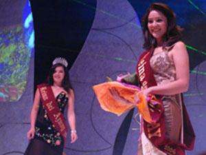 Elección de la Reina del Azuay 2006 .- Hermosa y con una sonrisa en rostro expresando así su felicidad lucia Maria Fernanda Rodas con la cinta que la proclamaba Reina del Azuay 2006