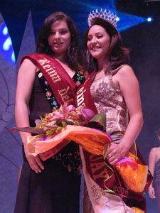 Elección de la Reina del Azuay 2006 .- Verónica Iñiguez Reina saliente fue la encargada de imponer la Corona a la nueva Reina del Azuay 2006, Maria Fernanda Rodas