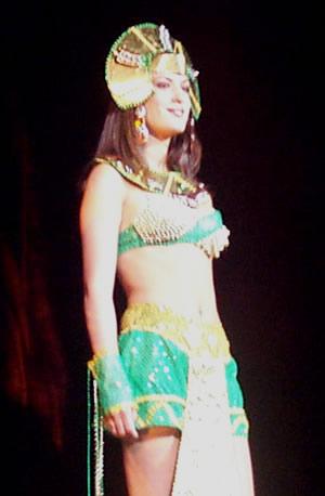 Reina de Cuenca 2002 .- Andrea Loyola sonriente ante las barras que acudieron al Auditorio del Banco Central para apoyarla