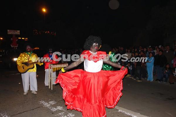 Los Inocentes 2007 .- Un grupo multitudinario de personas se dio cita en la avenida Solano para ser parte de una de las manifestaciones culturales más sobresalientes de Cuenca, el Concurso de Mascaradas 2007.