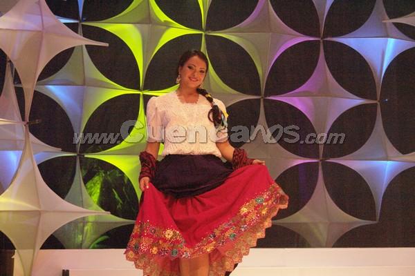 Elección Reina del Azuay 2007 .- Valeria Peña representante de la Policía Comunitaria de Cuenca en su presentación en traje típico