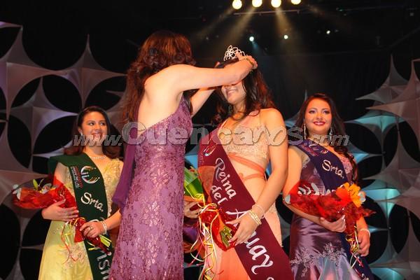Elección Reina del Azuay 2007 .- María Fernanda Rodas, Reina del Azuay 2006 coloca la corona a la nueva Reina del Azuay 2007, Anngi Barzallo