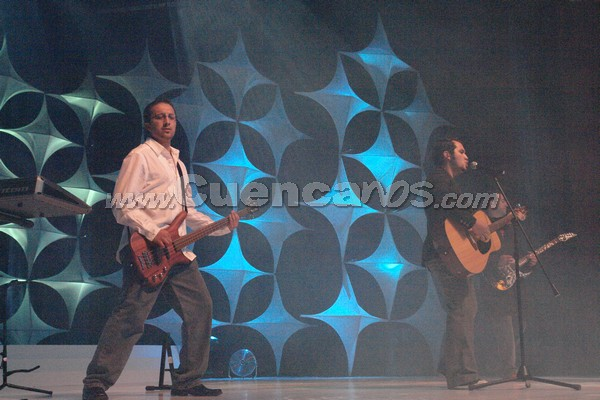 La Dueña .- En la noche de la elección de la Reina del Azuay realizado en el auditorio del Banco Central, el grupo cuencano La Dueña, liderado por Fabricio Vásquez, canto sus mejores canciones.