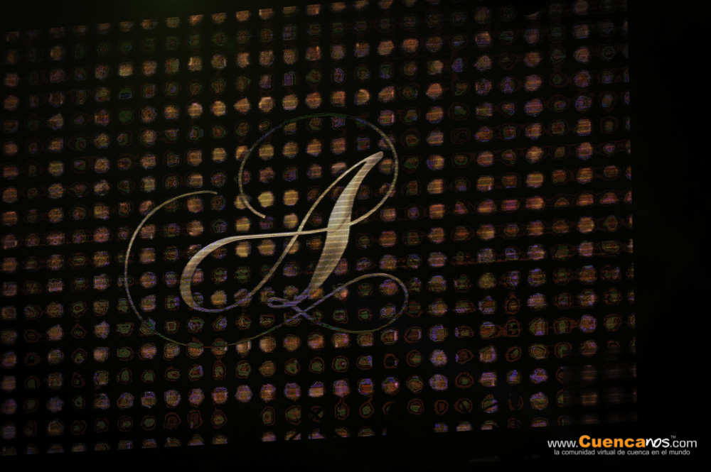 Americo .- Domingo Jhonny Vega Urzúa nacido en Arica Chile el 24 de diciembre de 1977, más conocido por su nombre artístico Américo anteriormente Américo Jr, es un cantante de música cumbia. Se hizo conocido en la banda Alegría, tras lo cual lanzaría su posterior carrera como solista. Nacido en Arica, es hijo del también cantante de boleros Melvin Corazón Américo y de Leyla Urzúa. Es el menor de ocho hermanos.  Américo es uno de los artistas con mayores ventas en Chile, donde sus álbumes En vivo, Américo en Viña, Yo soy, Yo sé y A morir acumulaban ventas de 130 000 copias hasta junio de 2013. Hasta entonces, dos de dichos álbumes figuraban entre los diez más vendidos en formato físico en el país durante el siglo XXI, ellos fueron A morir y En vivo, los que se ubicaron en el tercer y en el décimo lugar con ventas de 63 000 y 29 000 copias, respectivamente. Además, es el artista chileno con el título más vendido desde el inicio de siglo, A morir.