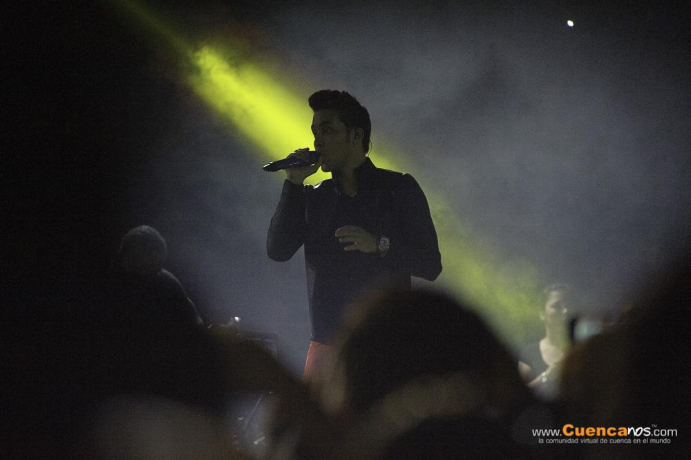 Prince Royce en Cuenca .- Geoffrey Royce Rojas conocido artísticamente como Prince Royce, es un cantante, compositor y productor discográfico estadounidense dominicano. Desde temprana edad se interesó por la música y durante su adolescencia comenzó a escribir poesía en inglés y español y a realizar sus primeras composiciones musicales. A los 19 años conoció a Andrés Hidalgo, quien se convirtió en su mánager. Tiempo después Hidalgo le presentó al pianista y productor Sergio George, quien al escuchar tres pistas de su maqueta musical lo contrató con su sello discográfico. Debutó a inicios del 2010 con el lanzamiento de su álbum Prince Royce, en el que se encuentran sus sencillos Stand by Me y Corazón sin cara, los cuales alcanzaron la primera posición en la lista Tropical Songs de Billboard. El material discográfico logró encabezar las listas Billboard de Latin Albums y Tropical Albums en los Estados Unidos. El 10 de abril de 2012 publicó su segundo álbum de estudio, Phase II. En noviembre de ese año realizó el lanzamiento de 1 un disco que recopila sus temas más exitosos hasta ese momento. El 8 de octubre de 2013 salió a la venta su tercer trabajo de estudio, Soy el mismo, bajo el sello discográfico Sony Music Latin. El Sabado 15 de Febrero del 2014 vuelve nuevamente al Coliseo Mayor de la ciudad de Cuenca a interpretar sus temas.