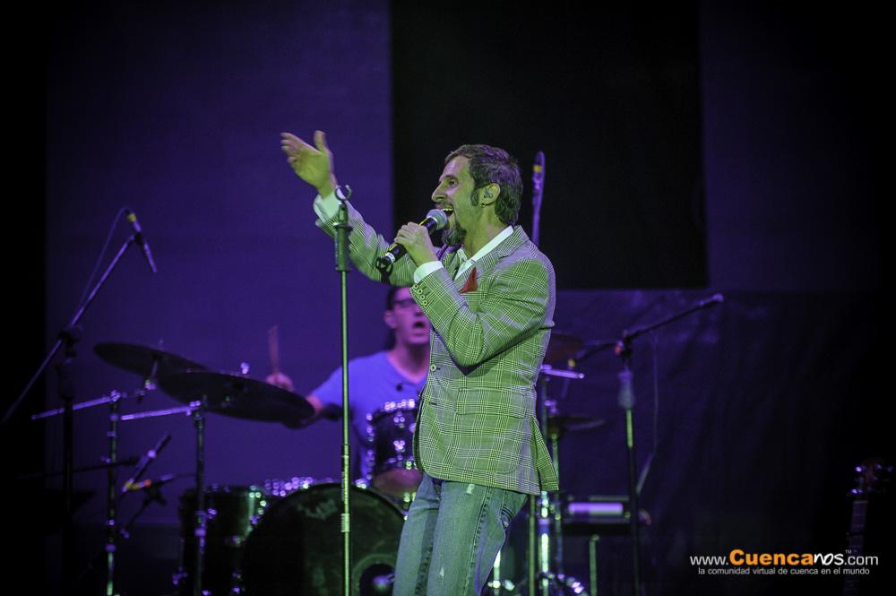 Sergio Sacoto .- Cantante, Compositor y Productor ecuatoriano. Nacido en Buenos Aires-Argentina de padre ecuatoriano y madre argentina, llega al Ecuador en 1977 donde ha vivido toda su vida, adquiriendo la nacionalidad ecuatoriana en 1990. Fue creador, productor y vocalista del desaparecido grupo Cruks en Karnak (1989-2007) una de las bandas de rock fusión ecuatorianas mas importantes de todos los tiempos. También es el productor y compositor de el soundtrack mas importante en la historia del cine de Ecuador como Ratas Ratones y Rateros, Sacoto se encuentra terminando la producción de su primer disco como solista llamado Nada es lo que Parece con la producción del mismo Sergio y la participación de los mejores músicos del país e invitados internacionales.