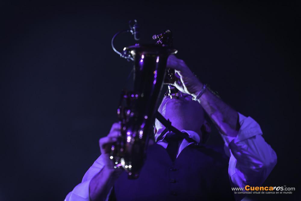 Franco De Vita Primera Fila .- Después de vender 12 millones de copias de sus discos y de componer para varios artistas, Franco De Vita grabó En Primera Fila como parte de la serie de conciertos promovidos por el sello Sony Music titulados Primera fila, el 24 de Mayo del 2014 hizo retumbar el Coliseo Jefferson Perez de la ciudad de Cuenca con todos sus exitos, le acompañaron en escenario Daniel Betancourth de Ecuador y los internacionales Carlos Rivera, Gusi, Leonel García y Lucas Arnau. Ademas de una pantalla led con Gloria Trevi. con Si la ves, Somos tres, Y te vas, Te amo, Ya lo había vivido, Y ahora qué, Si tú no estás, Ay Dios y otros. Además compartió un popurrí para que no falte ninguna canción. Será, Tengo, No hay cielo, Contra viento y marea, Esta vez, y Solo importas tú, fueron los más cantados.