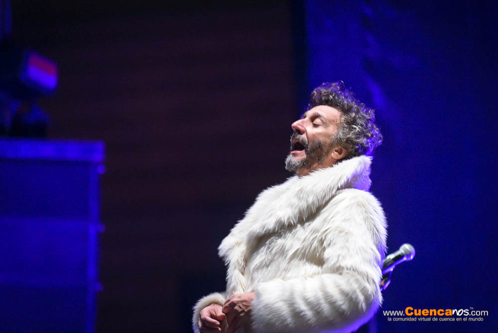 Fito Paez .- Fito Paez en el concierto Yo Te Amo en Cuenca. Rodolfo Fito Páez es un compositor, cantautor, y pianista argentino, integrante de la llamada Trova rosarina y uno de los más importantes exponentes del rock argentino. Además ha incursionado como cineasta y guionista.