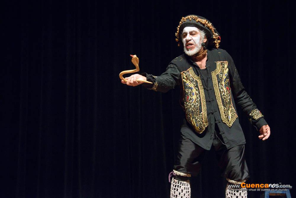 Carlos Michelena .- Carlos Michelena popular actor cómico ecuatoriano. Conocido como «El Miche» por el público, suele pintarse la cara de blanco y vestirse con trajes particulares. Además, es muy conocido por hacer teatro callejero en el parque El Ejido de la ciudad de Quito, donde representa personajes típicos y de la política ecuatoriana.