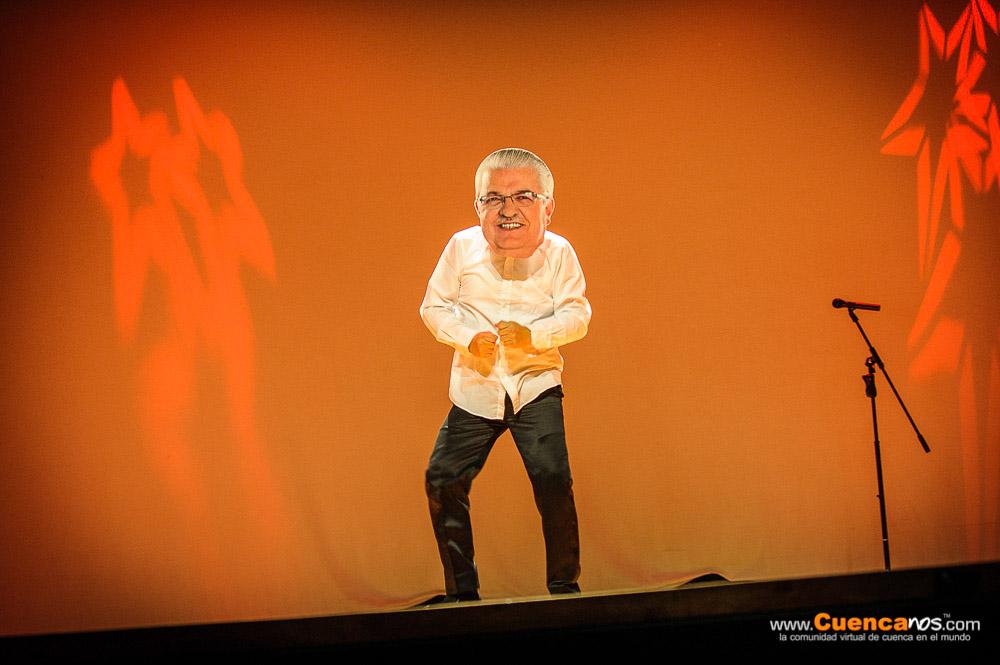 5MEDIANTES III Edición .- EL HOMBRE VOZ Personificado por Santhiago Illescas, humorista cuencano, que incursiona en el género del monólogo y ahora en el estilo mundial del stand up comedy, conocido como el Hombre Voz por su forma de cambiar y modular diferentes voces al mismo tiempo; doblando a la perfección las voces de políticos y dando vida a voces propias de diferentes personajes populares de nuestro país. .<br> Presentó su show Productor, guionista y director de humor, su tipo de comedia interpreta la vivencia social, orientada a mostrar el lado humano de sus personajes con ese toque satírico y picaresco propios del humor morlaco.