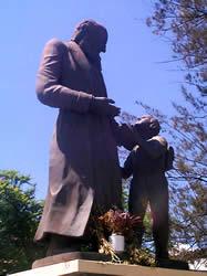 Monumento a Carlos Crespi