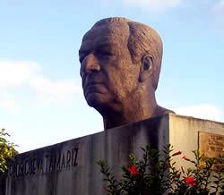 Monumento a Carlos Cueva Tamariz