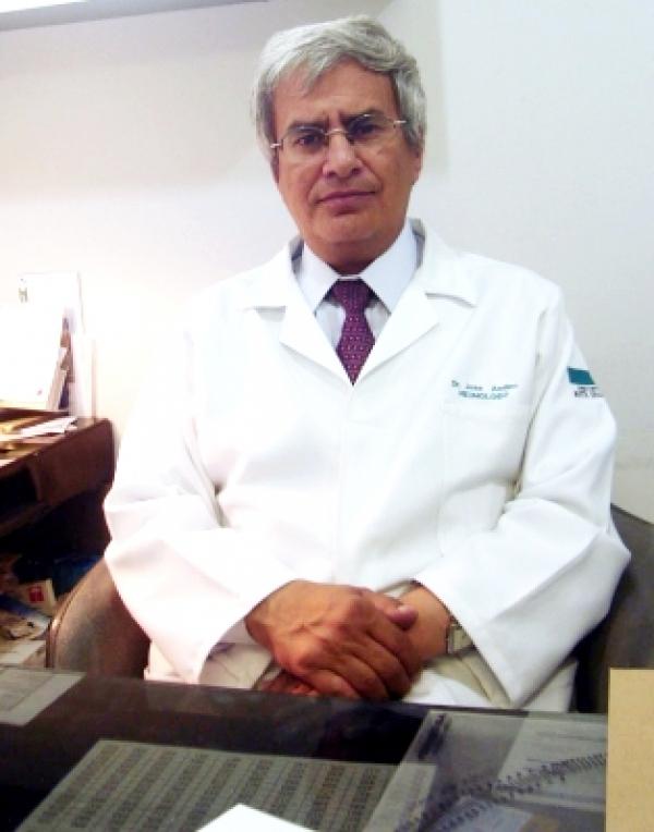 Dr. José   Andino Vélez  Neumólogo