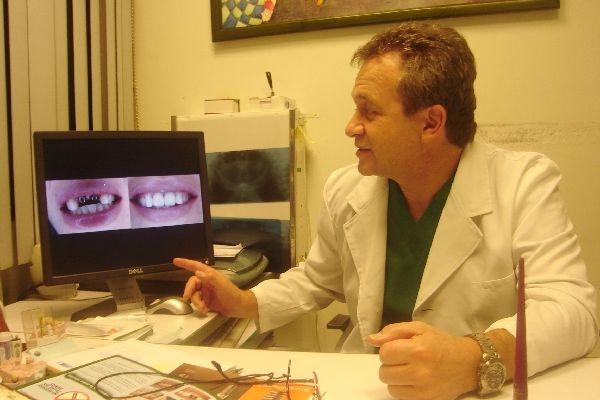 Dr. Esteban   Landívar Heredia  Implantólogo