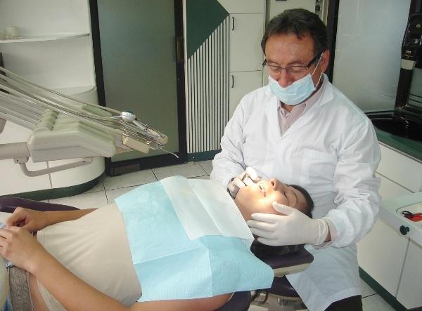 Dr. Jaime   Vélez Núñez  Odontólogo